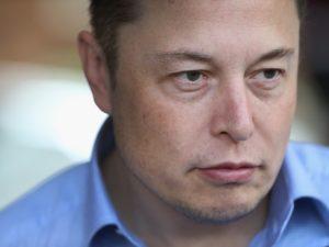 Una tempesta mediatica si è scatenata negli ultimi giorni sulla controversa figura di Elon Musk, colpevole di aver fumato una canna in diretta web. Il CEO di Tesla e Space X, ospite presso uno show condotto dal comico Joe Regan, ha fumato marijuana e sorseggiato whisky durante un'intervista durata più di due ore. In California, dove l'intervista ha avuto luogo, il consumo di droghe leggere è liberalizzato quindi dal punto di vista legale Musk non correrà rischi.