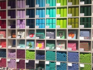 Gli articoli sono accuratamente disposti con un ordine cromatico che attira il cliente a scoprire lo shop e l'originalità dei suoi prodotti.