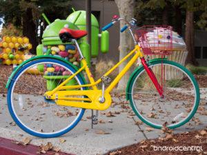 Per raggiungere il campus, inoltre, Google garantisce la presenza di navette ecologiche, mentre per gli spostamenti interni al complesso sono messe a disposizione le Google Bikes, biciclette che dipendenti e visitatori possono liberamente utilizzare