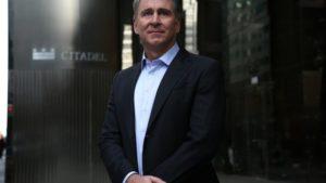 Ken Griffin, l'acquirente dell'attico ha 50 anni. E' il fondatore di Citadel, compagnia che opera in campo finanziario, gestendo un portafoglio di investimento da 30 miliardi di dollari. Griffin è un trader sin dai tempi dell'università: secondo un aneddoto riportato da Forbes durante gli studi ad Harvard ha fatto installare un'antenna satellitare sul tetto del proprio dormitorio per ottenere le quotazioni azionarie in tempo reale. Quando ha fondato Citadel, nel 1990, poteva già contare su qualche anno di esperienza. La compagnia, che di cui oggi fanno parte oltre 1400 dipendenti esperti, è una delle più importanti e accreditate nel suo campo. Nel 2017 i rendimenti del fondo hanno garantito all'imprenditore un guadagno personale di quasi un miliardo e mezzo di dollari lordi, che sono andati ad aggiungersi ad un patrimonio già consistente.