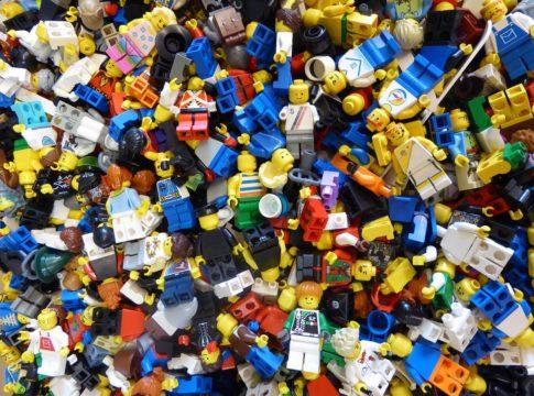 La situazione economica di Lego è stata piuttosto stabile negli ultimi anni (fatta eccezione per il 2017, in cui l'azienda ha sofferto un calo nelle vendite). E i dati del 2018 confermano il trend positivo. Stando al report pubblicato sul sito di Lego Group, nel 2018 la casa produttrice di giocattoli avrebbe fatturato 35, 4 miliardi di corone danesi, l'equivalente di circa 4,8 miliardi di euro, ricavandone un profitto netto di 8,1 miliardi (circa 1,1 miliardi di euro). Il reddito operativo registrato è stato di 10, 8 miliardi di euro, corrispondente ad un +4% rispetto ai 10,4 miliardi relativi al 2017. Le vendite globali sono invece cresciute del 3%.