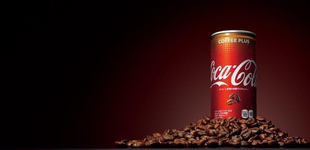 È in arrivo in Italia Coca Cola Plus Coffee, un nuovo prodotto del marchio Coca Cola che sancisce l'ingresso del gigante delle bollicine nel mercato delle bevande energetiche. Coca Cola Plus Coffee è stato commercializzato per la prima volta in Australia nel 2017. Secondo Cocacolaitalia, il prodotto è già acquistabile in Spagna, Turchia e Vietnam. Ma è il Giappone a costituire il principale mercato per quanto riguarda questo prodotto. In Italia, secondo alcune indiscrezioni, Coca Cola Plus Coffee potrebbe essere reperibile nei supermercati già a fine mese. L'energy drink sarà prodotto direttamente in Italia, negli stabilimenti Coca Cola di Nogara (VR) e di Marcianise (CE). Secondo Wired, Coca Cola punta a espandere sempre più il suo dominio nel mondo delle bevande energizzanti, con l'obbiettivo di raggiungere entro fine anno più di 25 mercati in tutto il mondo. Coca Cola Plus Coffee è una variante della celebre bevanda analcolica, come lo sono per esempio Coca Cola gusto limone o Coca Cola gusto vaniglia. A differenza della Coca Cola classica però, essa è caratterizzata dall'aggiunta di un aroma al caffè e dall'assenza di zucchero. Ma non è tutto: la quantità di caffeina presente al suo interno risulta maggiore rispetto ad una Cola semplice. In una lattina da 250 ml sono presenti 40 mg di caffeina, l'equivalente di una tazzina di caffè. Con questo prodotto quindi The Coca Cola Company ha debuttato ufficialmente nel mercato degli Energy Drink.
