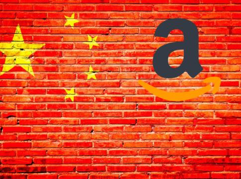"""Amazon.com abbandonerà presto la Cina. Il gioco non vale la candela, se si considera che il mercato cinese degli E-business è controllato per l'82% da due soli negozi online, stando a quanto riportato da IlSole24Ore. Il primo è Tmall, sito di vendite B2C del gruppo Alibaba, fondato da Jack Ma (sito che nel 2018 aveva 500 milioni di utenti mensili). L'altro JD.com, ex 360buy, fattura 472 miliardi di CNY all'anno, cioè quasi 70 miliardi di dollari. Secondo alcune stime il sito di E-commerce americano deterrebbe meno dell'1% del mercato globale. Con un comunicato ufficiale l'azienda ha annunciato: """"Stiamo notificando ai venditori che non opereremo più sulla piattaforma Amazon.cn e che non forniremo più i relativi servizi a partire dal 18 Luglio"""". Jeff Bezos si è quindi dovuto inchinare ai """"Signori"""" del commercio cinese? IlSole24Ore riporta ancora: """"Negli ultimi anni, abbiamo trasformato la nostra attività di vendita al dettaglio in Cina per enfatizzare le vendite transfrontaliere e abbiamo riscontrato una forte risposta da parte dei clienti cinesi. La loro domanda di prodotti autentici e di alta qualità provenienti da tutto il mondo continua a crescere rapidamente e, data la nostra presenza globale, Amazon è ben posizionata per servirli. Continuiamo ad effettuare degli aggiustamenti nella gestione operativa per concentrare i nostri sforzi sulle vendite transfrontaliere in Cina e per continuare a migliorare l'esperienza sia per i clienti cinesi sia per i nostri partner di vendita globali"""". Non per questo motivo Amazon si ritirerà del tutto dalla Cina. Di fatti l'unico servizio che non verrà più erogato in Cina sarà Amazon Marketplace, ovvero il sito B2C. Rimarranno ancora attivi i servizi Amazon Global Store, Amazon Global Selling, AWS, e Kindle. La società ha sottolineato che """"L'impegno di Amazon verso la Cina resta forte""""."""
