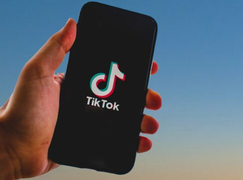 tiktok accuse usa sede londra rimossi video