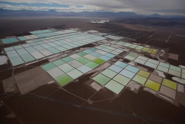 Piscine di salamoia nel deserto cileno, usate per estrarre litio