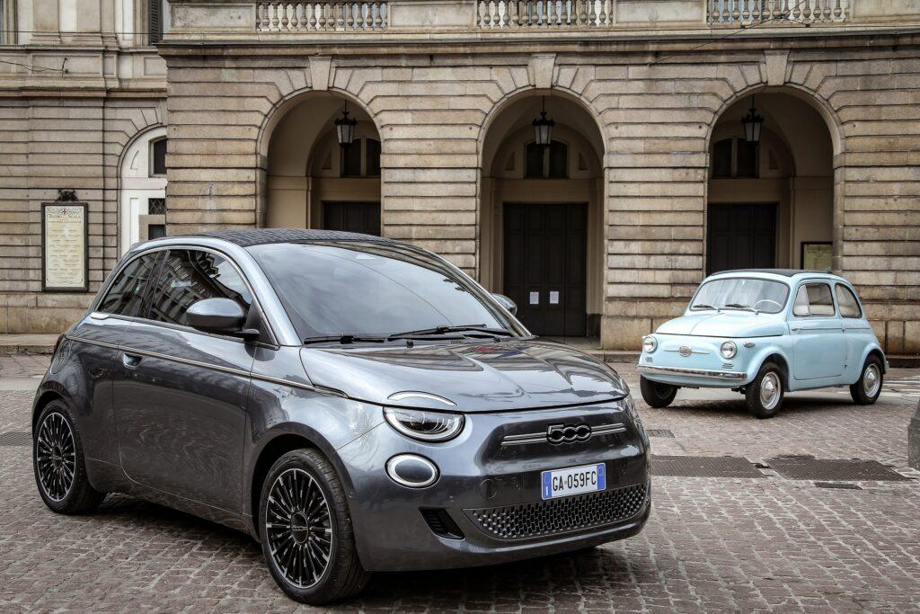 La Fiat 500 (vecchia) e la nuova Fiat 500 elettrica.