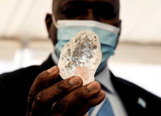 Botswana: portato alla luce un diamante da 1098 carati, il terzo al mondo