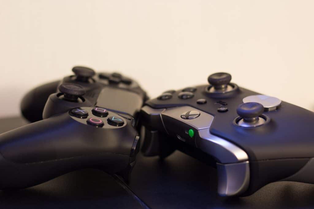 Controller di Sony e Microsoft, entrambi wireless
